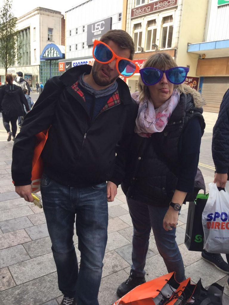 Andi und Micha mit übergroßen Brillen in Seaham 2017